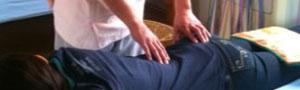 腰痛の施術中